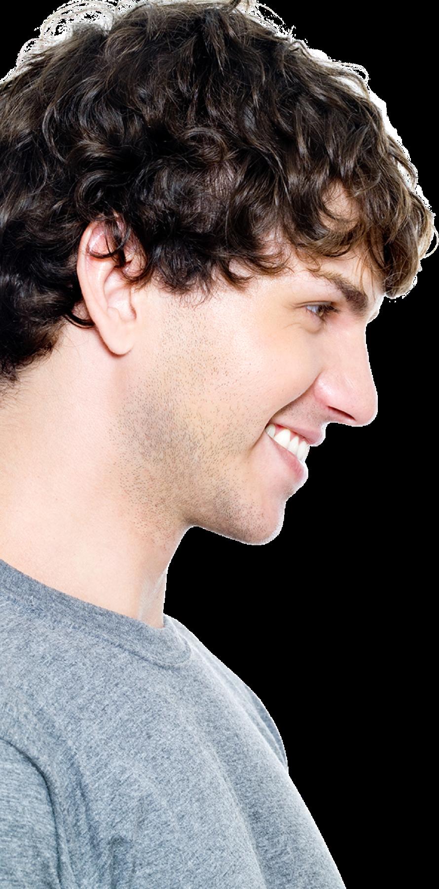 lächelnder Mann mit braunen Haaren im Seitenprofil