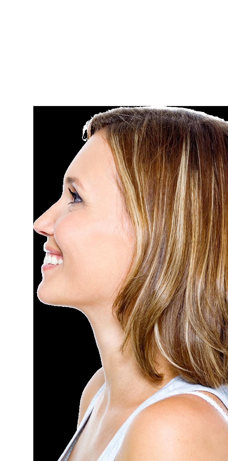 Blonde, lächelnde Frau im Seitenprofil